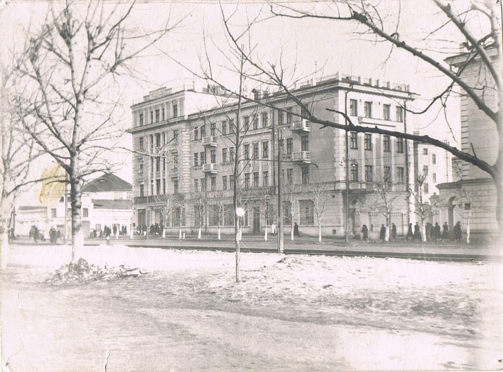 Sovetskiy-prospekt-v-etom-dome-na-uglu-magazin-22Lakomka22-ili-v-narode-22CHulok22.-Staryiy-tsirk-naprotiv..jpg