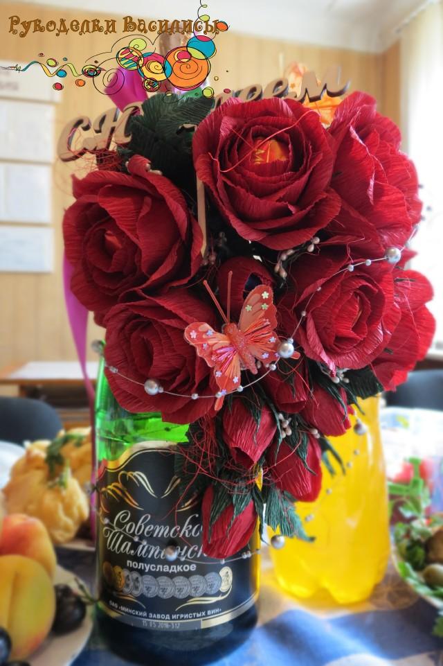 Букет из конфет. Композиция в стиле свит-дизайна. Украшение на бутылку в виде букета красных роз с конфетами внутри.