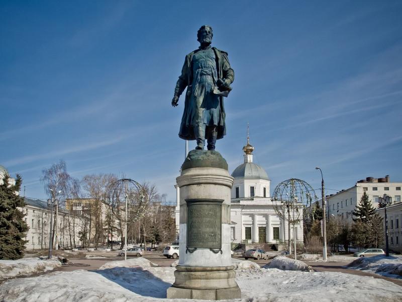 Afanasiy_Nikitin_Monument_in_Tver.jpg